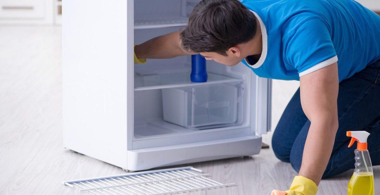 یک مرد در حال تمیز کردن یخچال