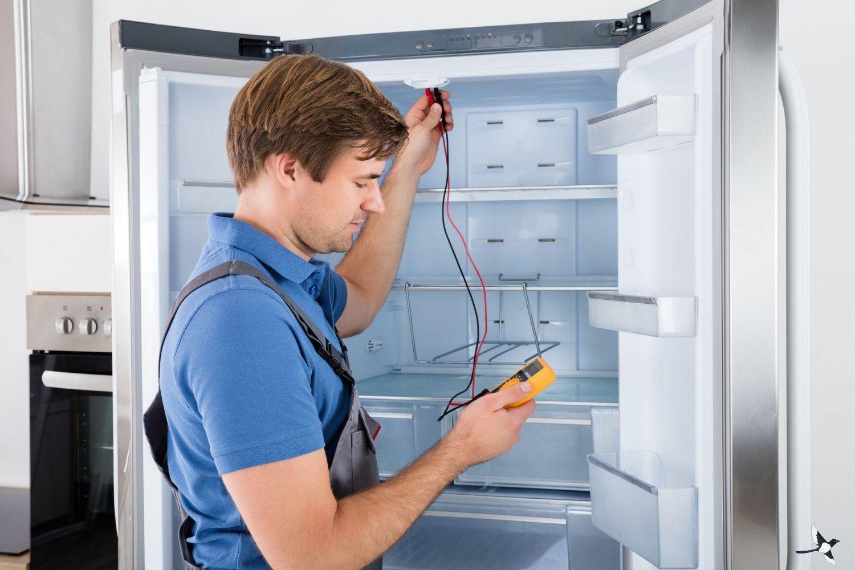 مردی در حال تنظیم درجه یخچال