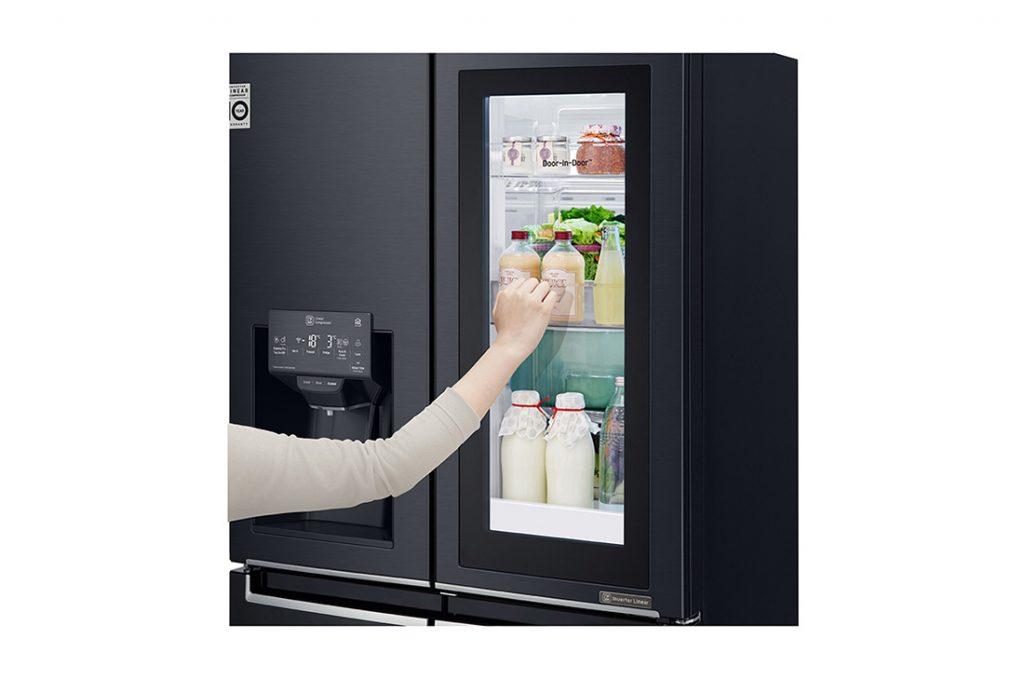 زنی در حال کار با یخچال هوشمند