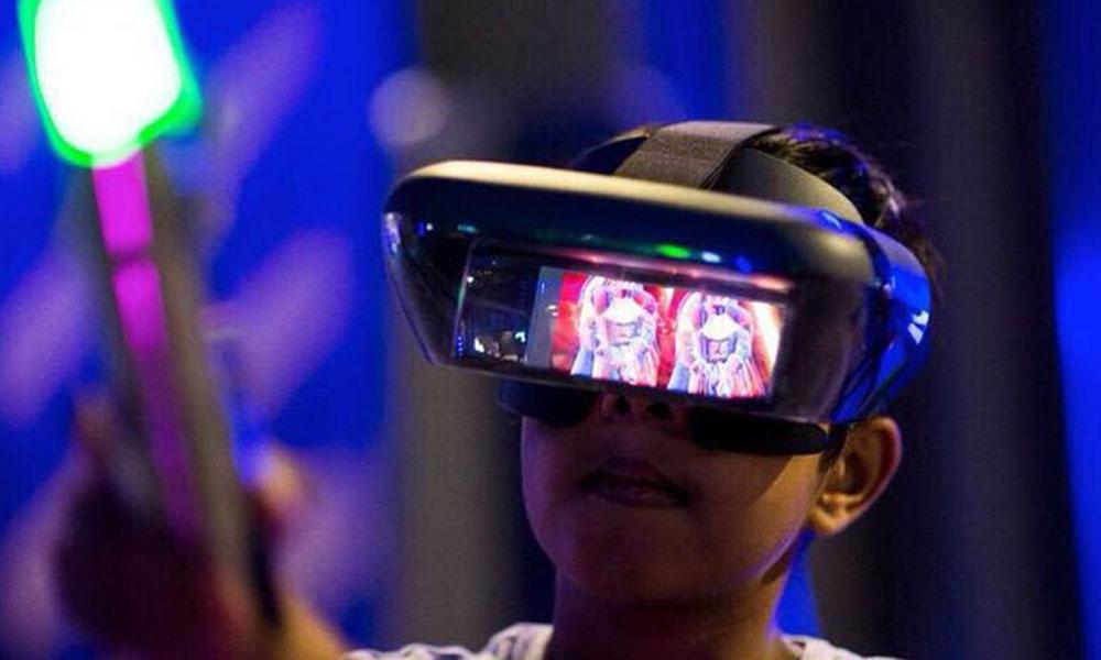 کودک در حال استفاده از VR