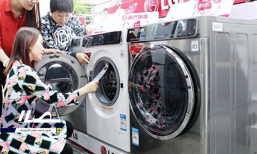 فروشنده در حال معرفی ماشین لباسشویی ال جی